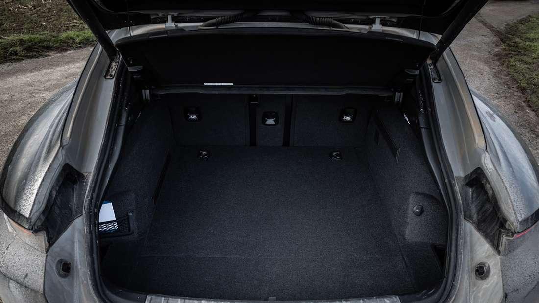 Blick in den Kofferraum des Porsche Taycan Cross Turismo Turbo S