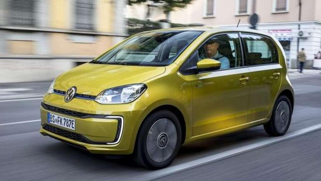 Der Elektro-Kleinstwagen VW e-up! von Volkswagen fährt durch eine Stadt.