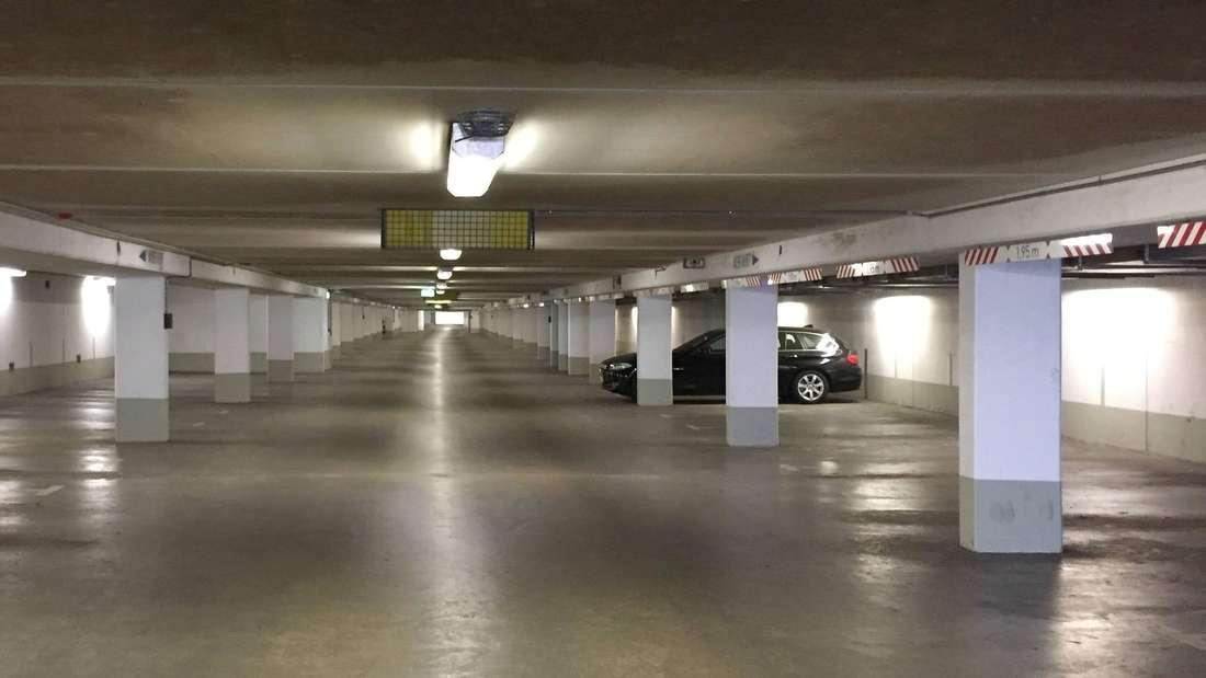 Ein einzelnes Auto steht in einer verlassenen Parkgarage. (Symbolbild)