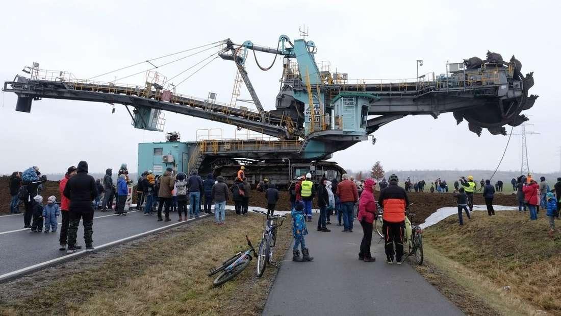 Ein riesiger Schaufelradbagger überquert die gesperrte Bundesstraße B 176 südwestlich von Leipzig.