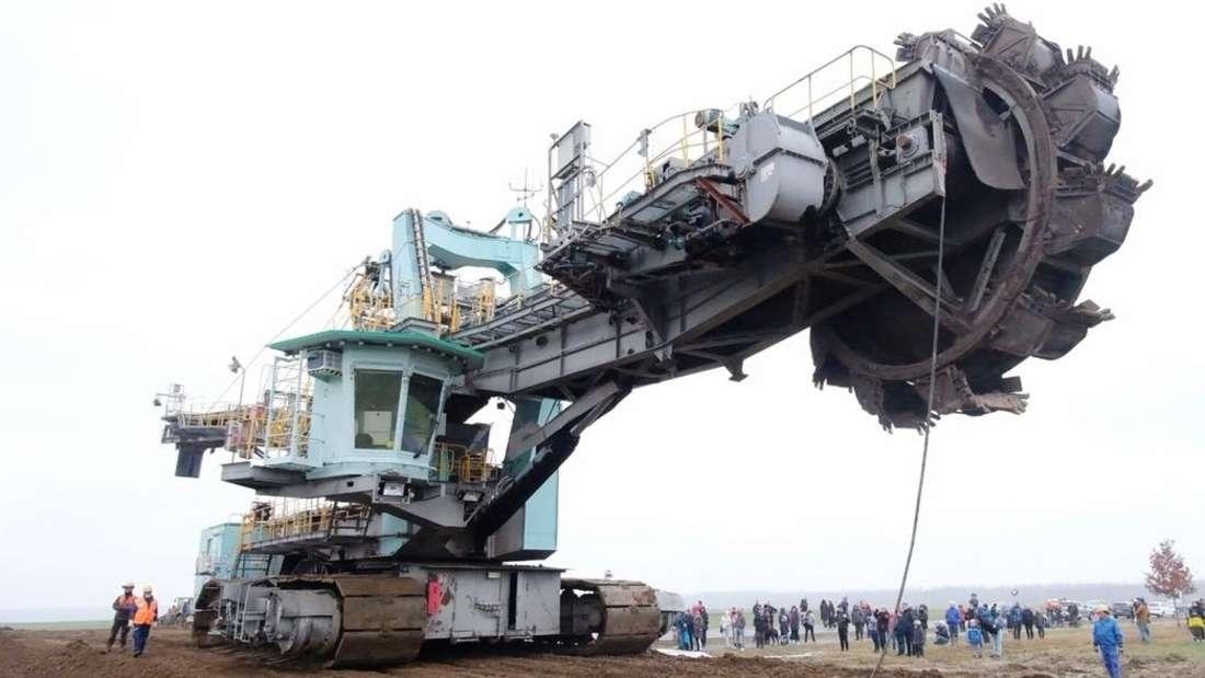 Ein riesiger Braunkohle-Schaufelradbagger des Energiekonzerns Mibrag