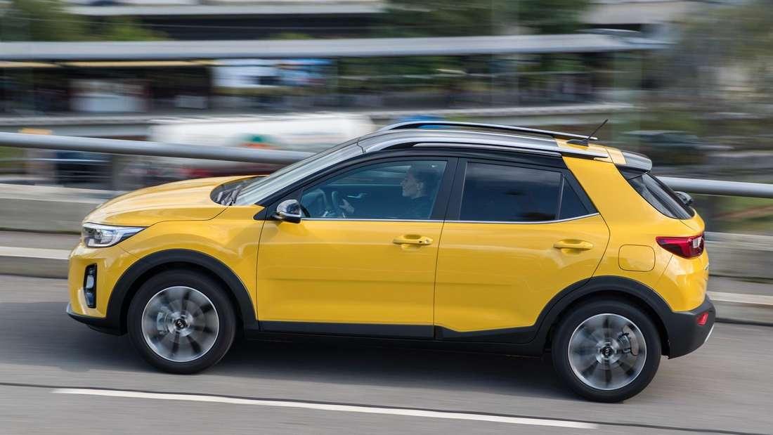 Ein gelber Mini-SUV Kia Stonic