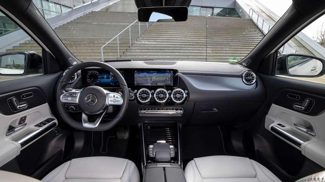 Die Vordersitze im Mercedes-Benz EQA 250