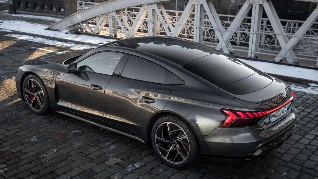Der Audi RS e-tron GT in einer Seitenansicht von schräg oben
