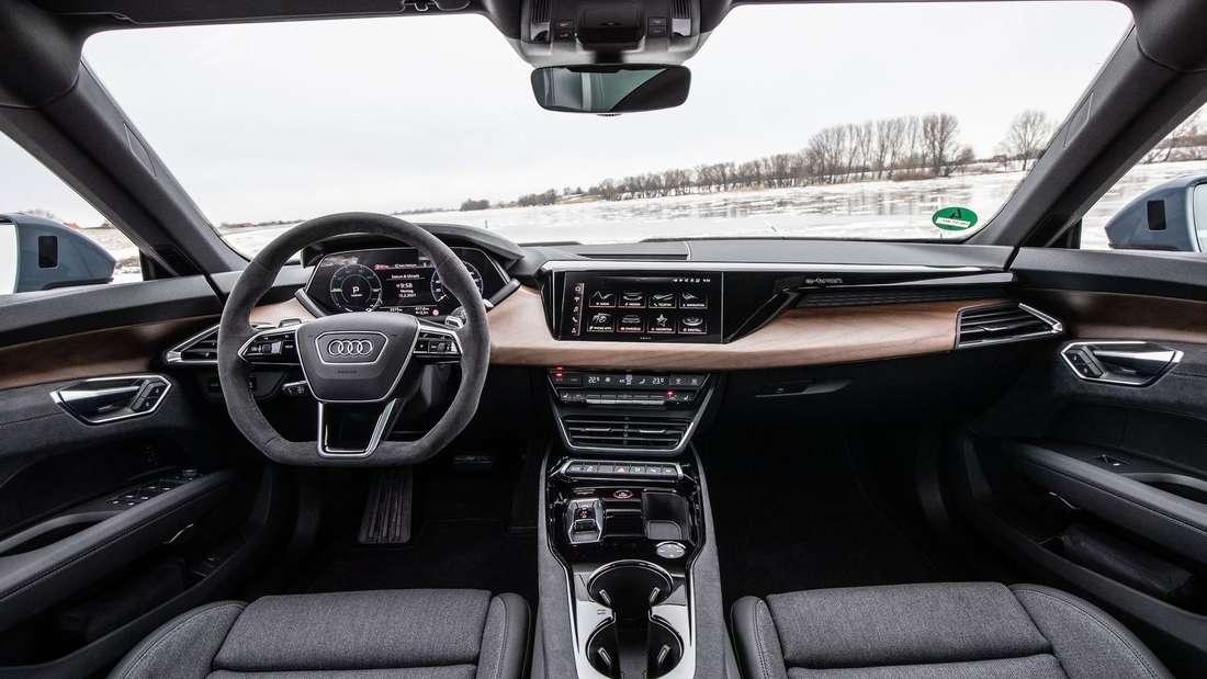 Die erste Reihe im Audi RS e-tron GT mit Fahrer- und Beifahrersitz sowie den Armaturen