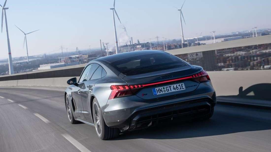 Der Audi RS e-tron GT bei einer Ausfahrt von schräg hinten