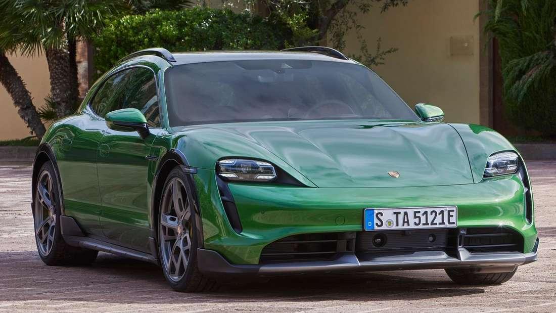 Ein grüner Porsche Taycan Cross Turismo von vorne