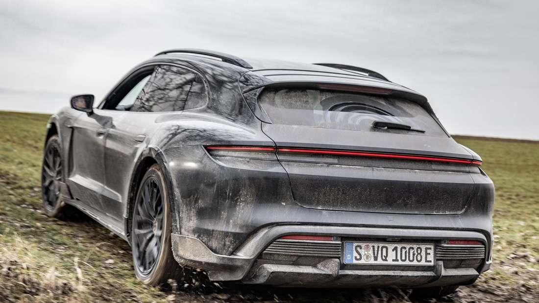 Ein verdreckter Porsche Taycan Cross Turismo von hinten