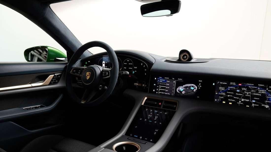 Blick aufs Cockpit im Porsche Taycan Cross Turismo
