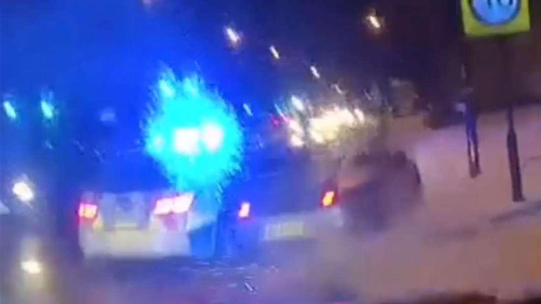 Ein Porsche 911 GTS wird von einem Polizeiwagen gerammt und bleibt stehen.