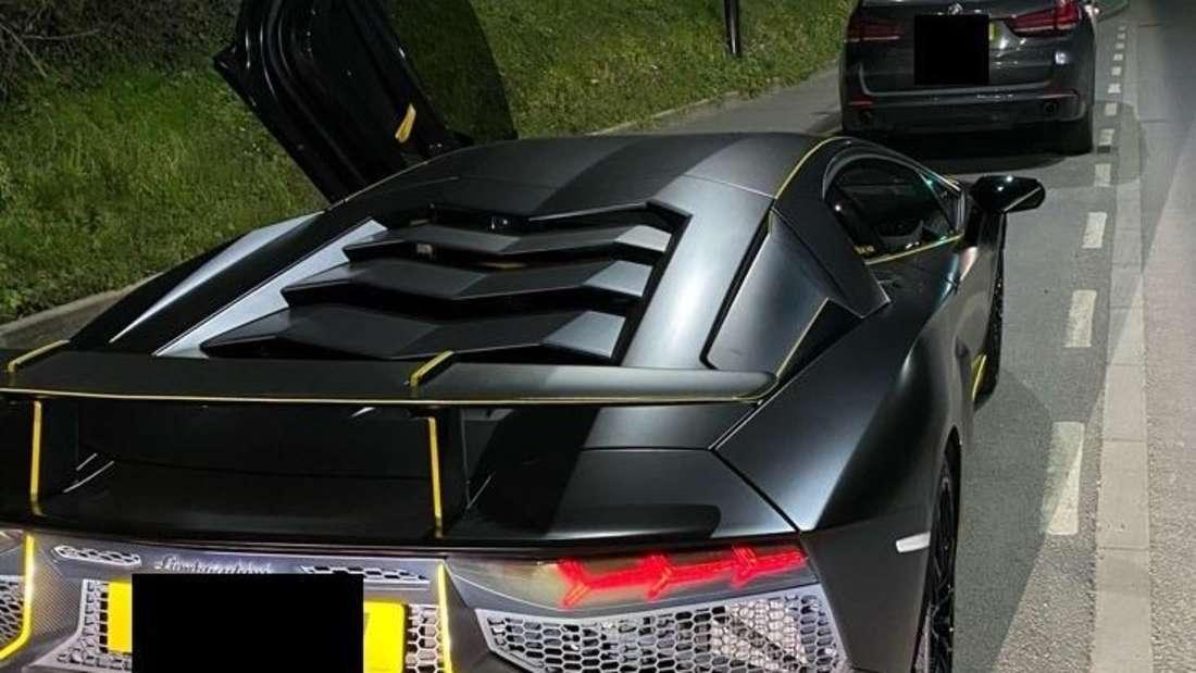 Ein schwarzer Lamborghini Aventador SV von hinten