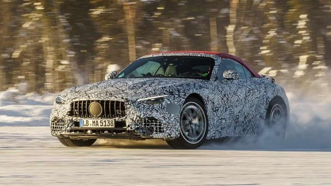 Ein getarnter Mercedes SL driftet durch den Schnee
