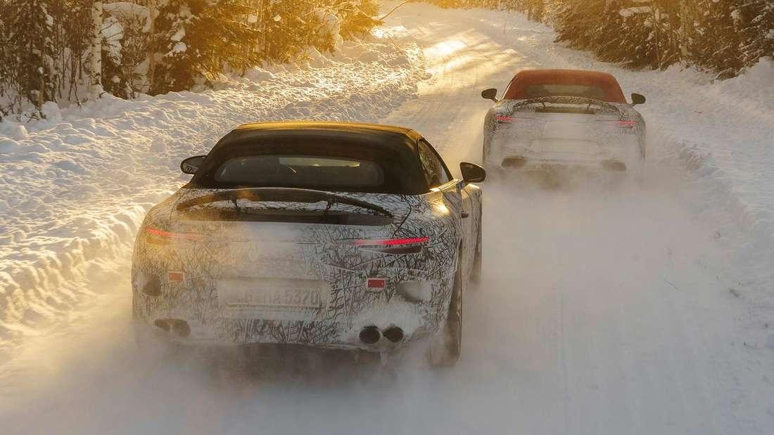 Zwei getarnte Mercedes SL fahren durch den Schnee
