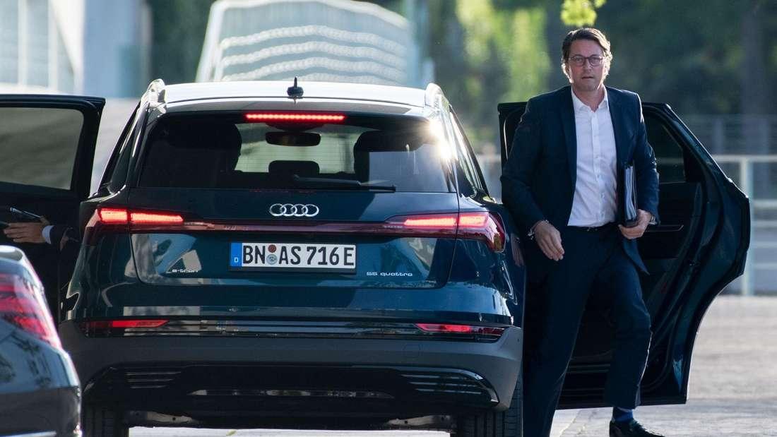 Verkehrsminister Andreas Scheuer steigt aus einem Audi e-tron 55 quattro.