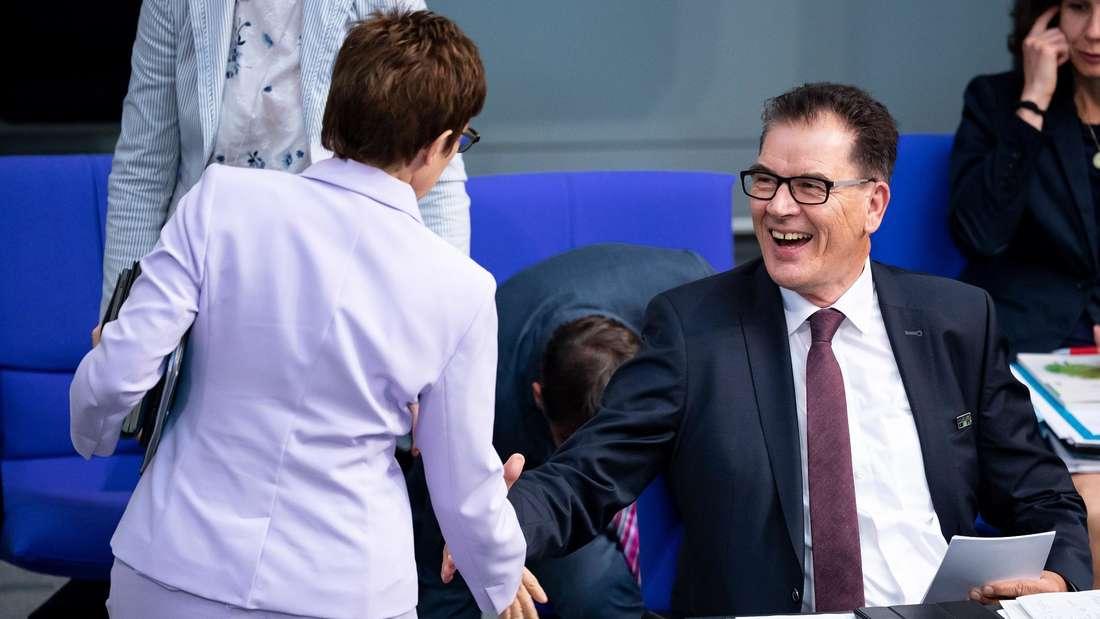 Entwicklungsminister Müller begrüßt Verteidigungsministerin Kramp-Karrenbauer.