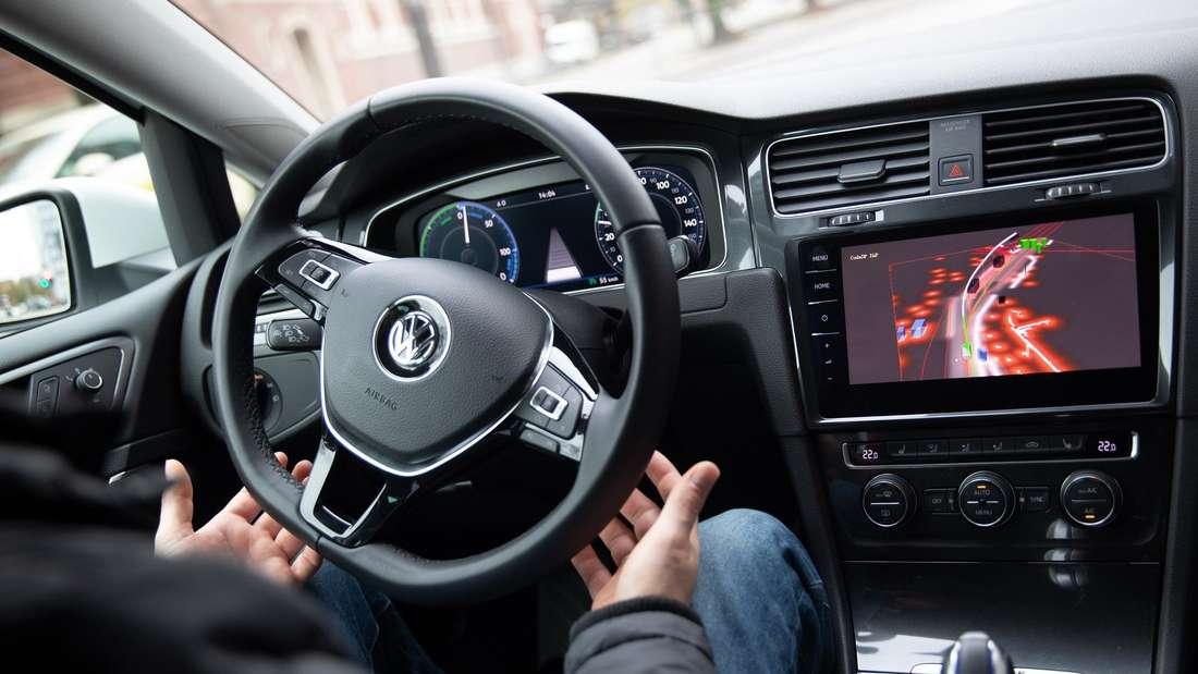 Ein Volkswagen-Sicherheitsfahrer begleitet eine Testfahrt mit einem autonom fahrenden VW Golf.