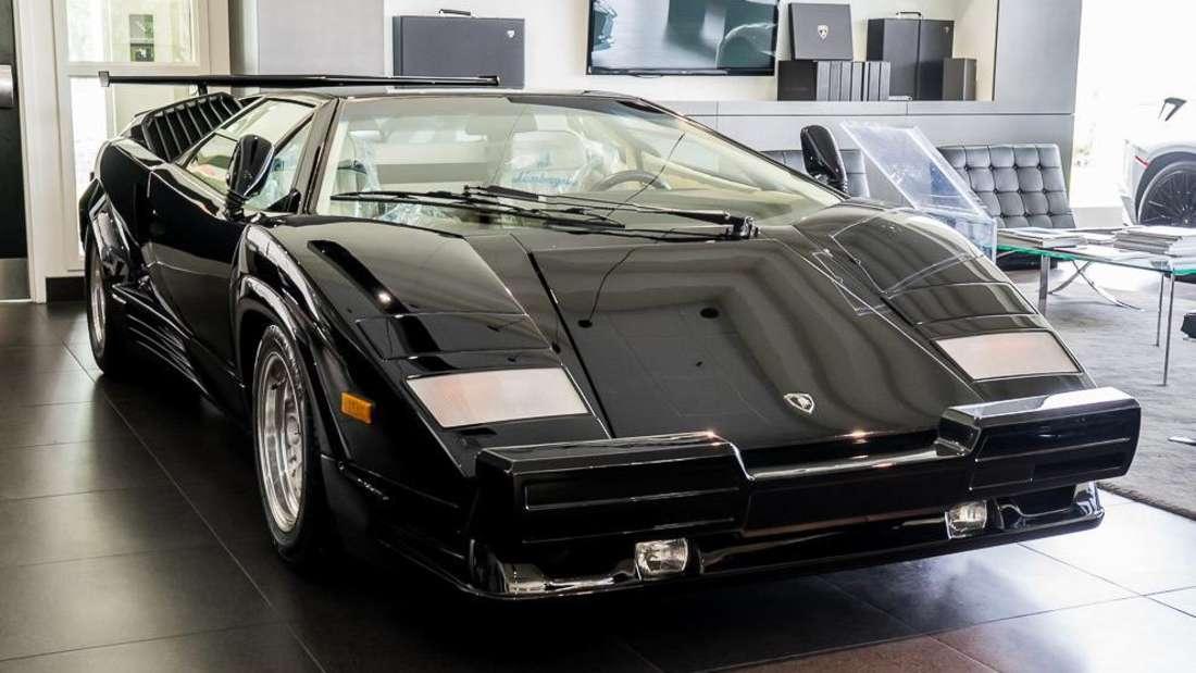 Ein schwarzer Lamborghini Countach 25th Anniversary