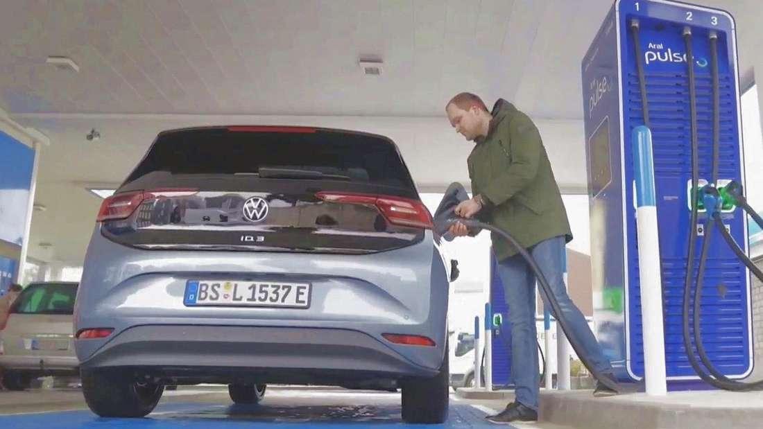 Ein VW ID.3 wird an einer Aral-Ladesäule betankt.