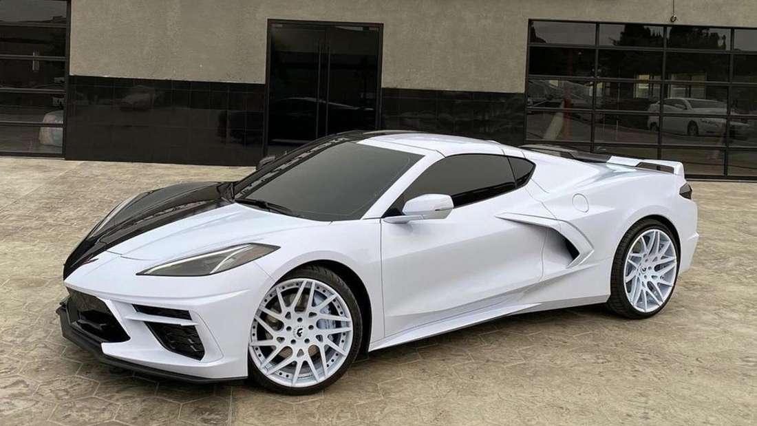 Eine Corvette, die auf der einen Seite schwarz und auf der anderen weiß lackiert ist