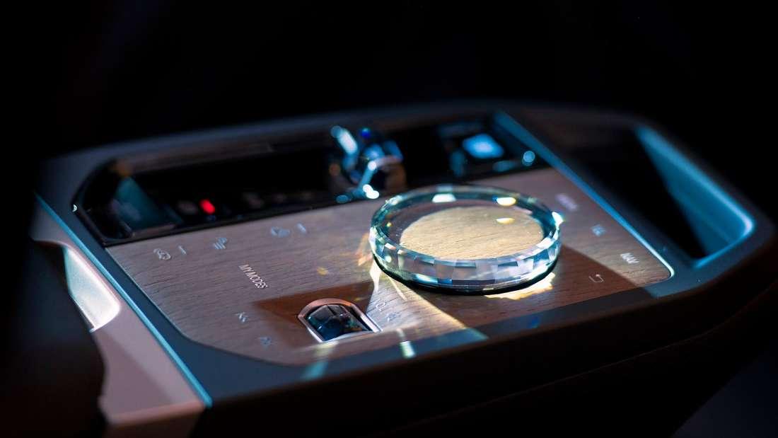 Der BMW-iDrive-Dreh-Drück-Steller in der Mittelkonsole