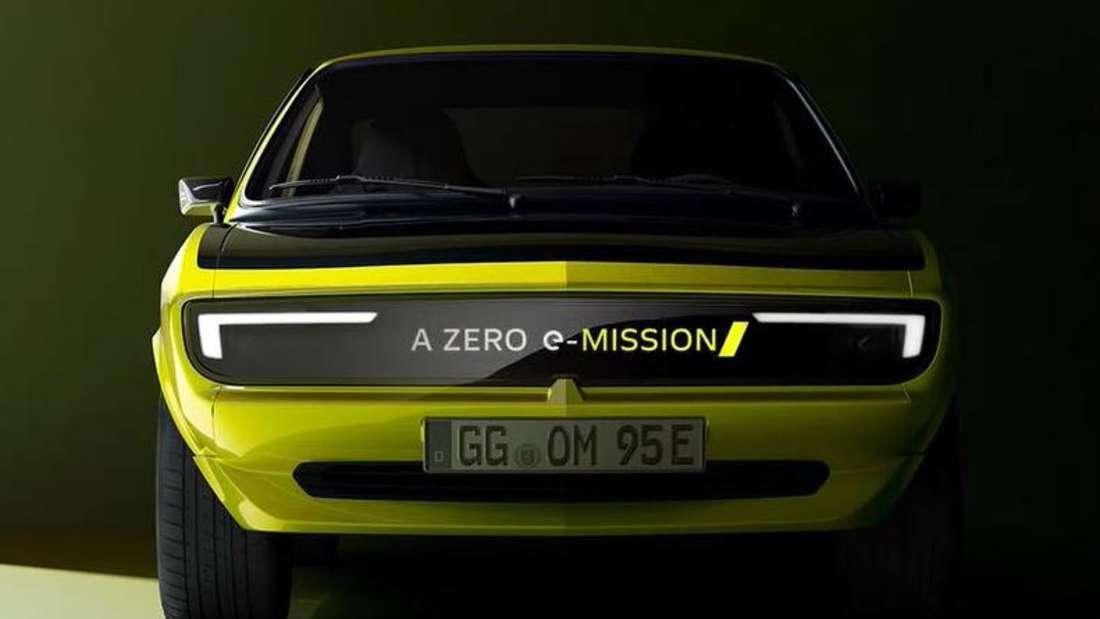 Der Opel Manta GSe von vorn, mit Leuchtschrift im Frontgrill