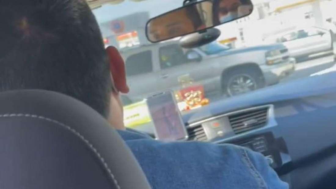 Ein Uber-Fahrer in seinem Auto
