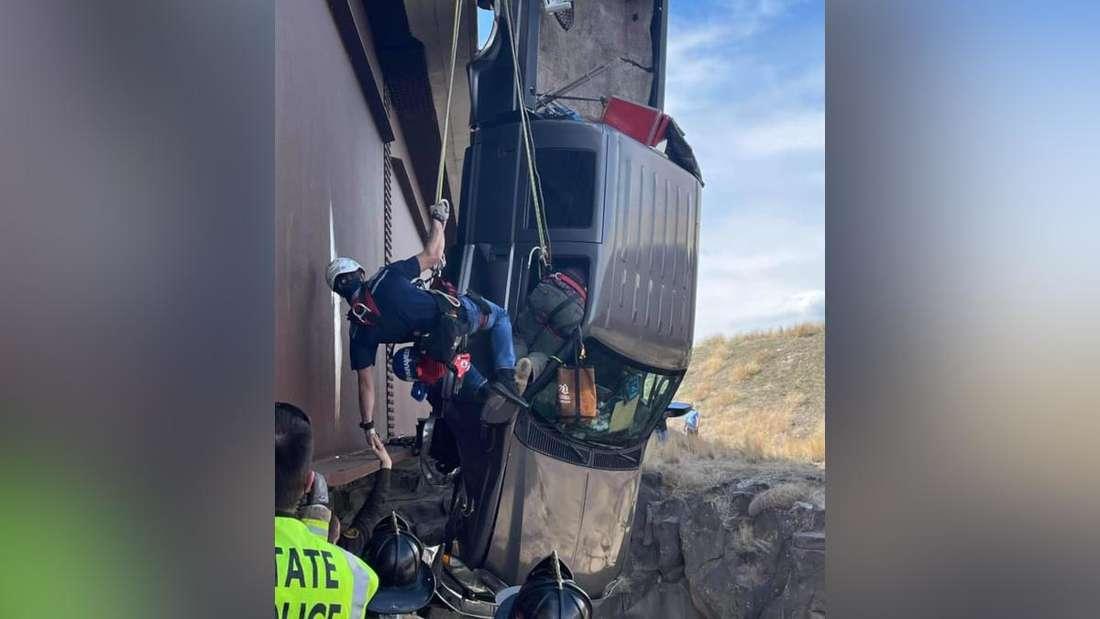 Ein Pick-Up baumelt über einer 30 Meter tiefen Schlucht.