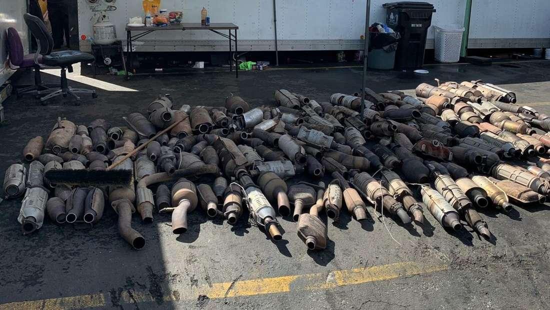 Mehrere gestohlene Katalysatoren liegen auf dem Boden.