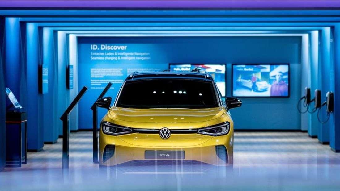 Ein gelbes Elektro-SUV VW ID.4 steht in einem Volkswagen-Showroom in der Wolfsburger Autostadt.