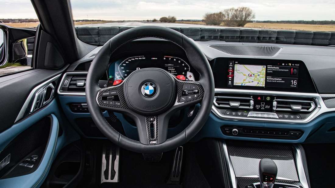 Blick ins Cockpit eines BMW M4 Competition