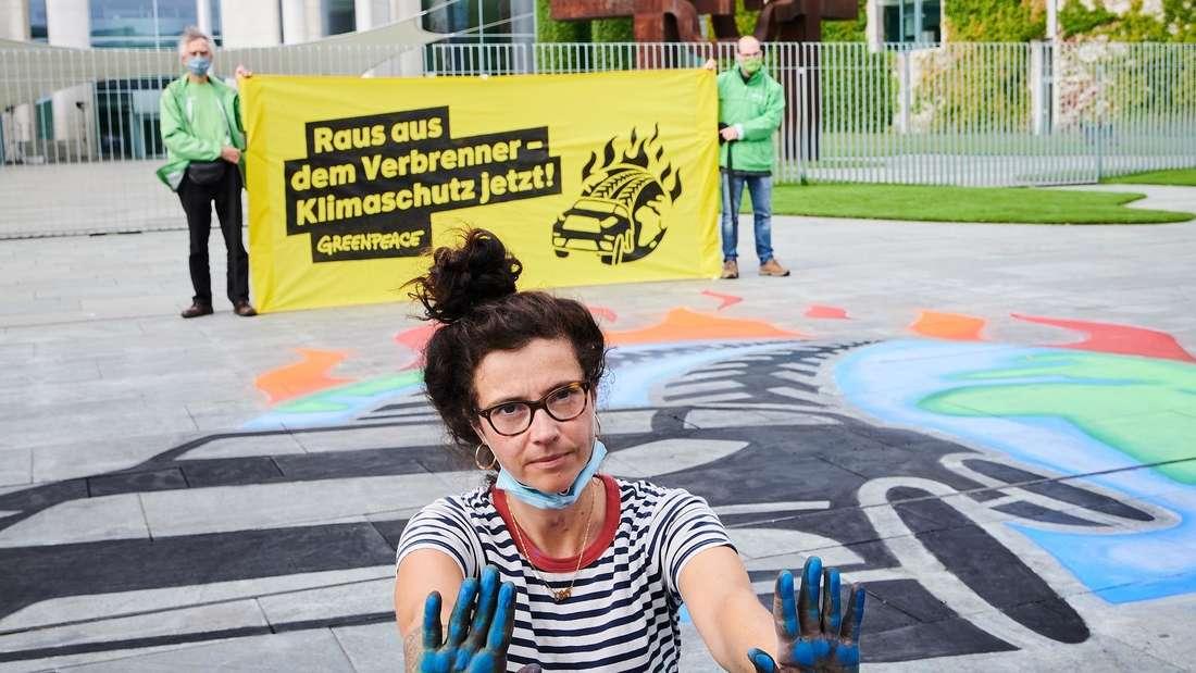 Aktivisten von Greenpeace protestieren während des Autogipfels vor dem Kanzleramt. (Symbolbild)