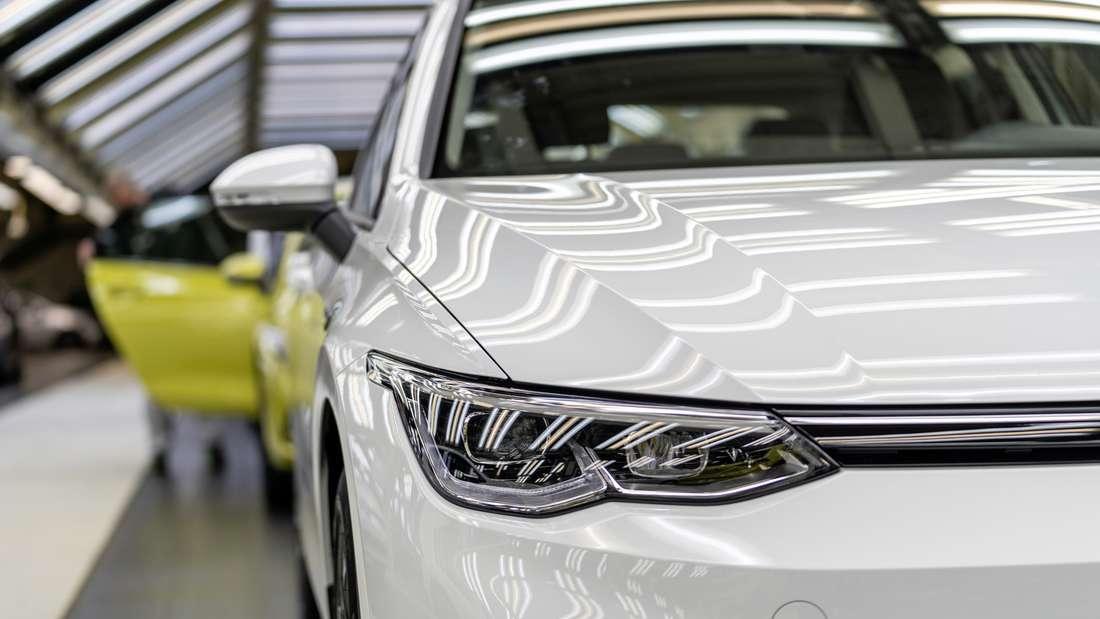 Mitarbeiter bei der Produktion eines VW Golf 8 im Volkswagen-Stammwerk Wolfsburg (Symbolbild)