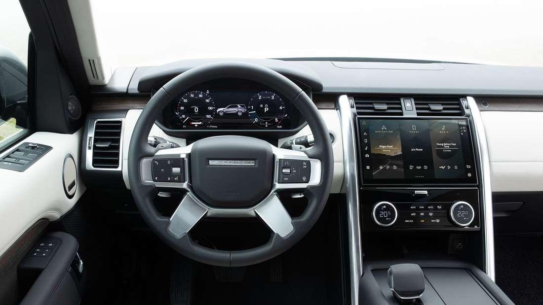Das Cockpit im Land Rover Discovery D300 AWD aus der Sicht des Fahrers