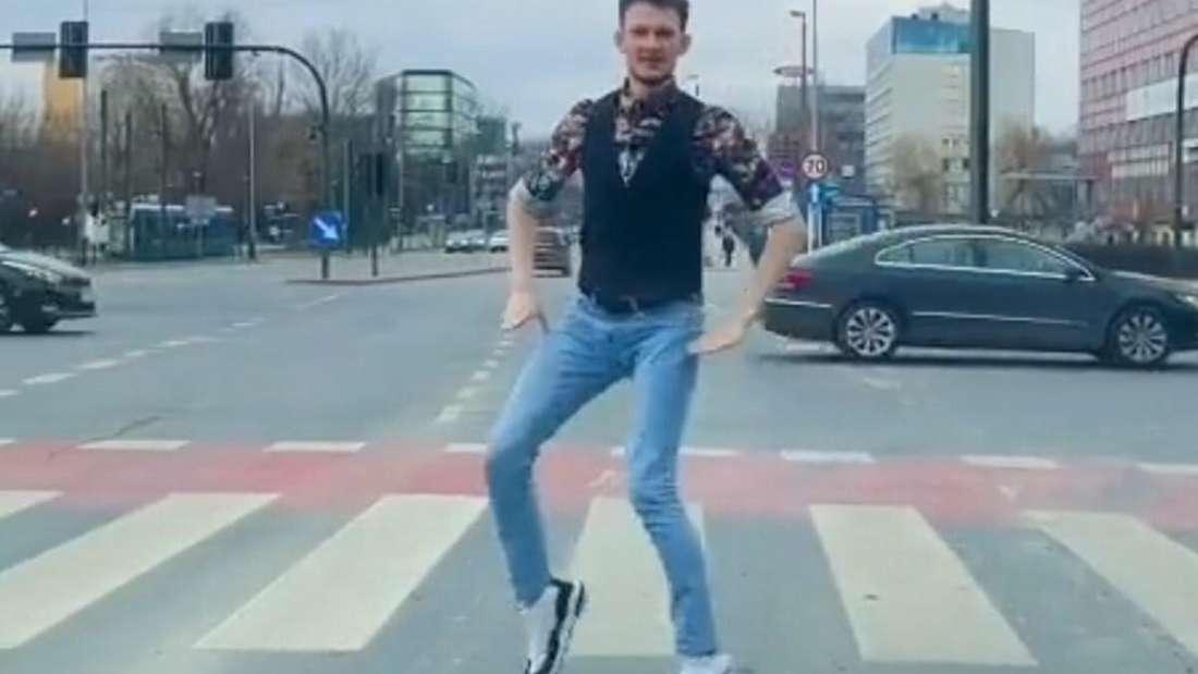 Ein Breakdancer tanzt bei Rotphase an einer Ampel.