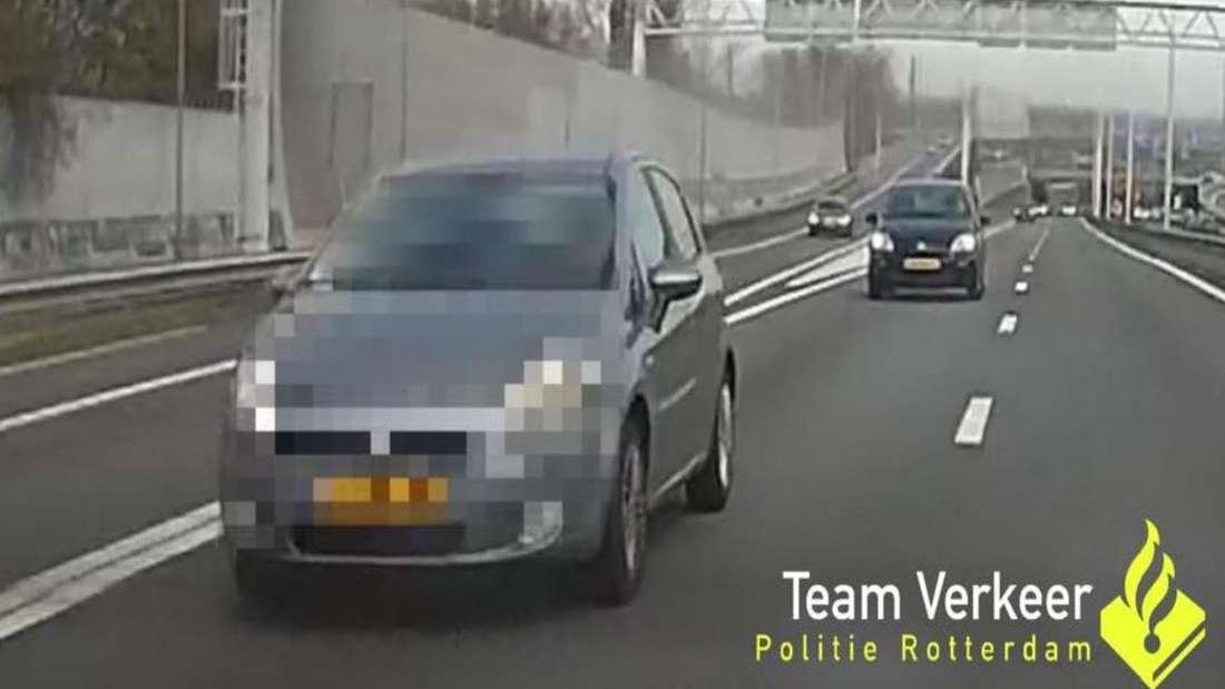 Ein silbernes Auto fährt auf einer Autobahn. Das Kennzeichen ist verpixelt.