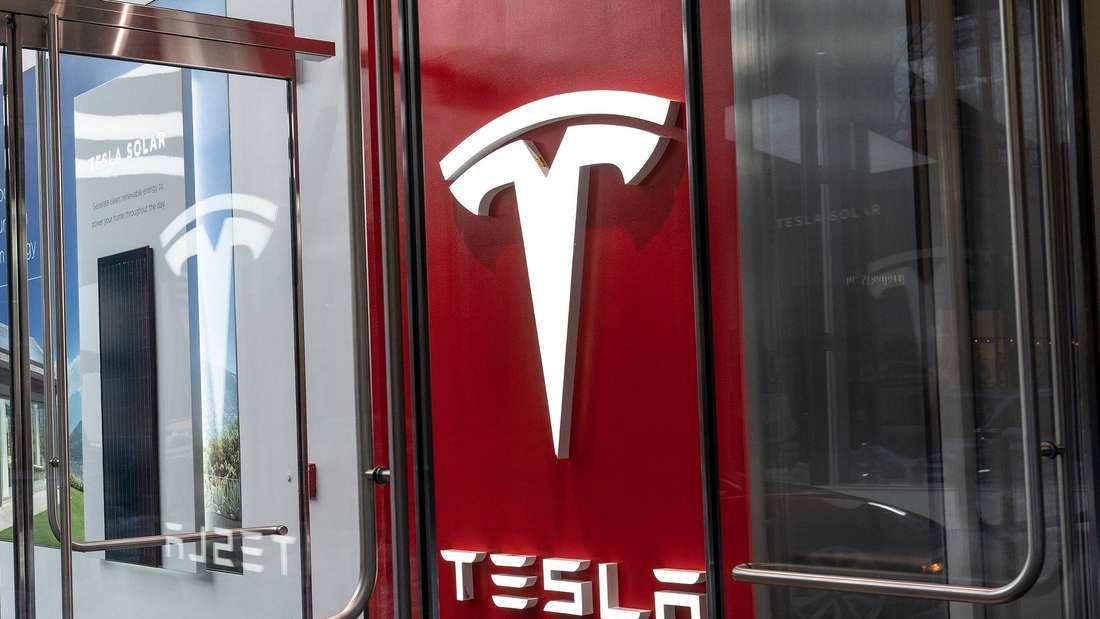 Das Firmenlogo von Tesla ist an einer Filiale des Konzerns angebracht.