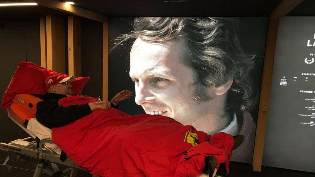 Jürgen vor einem Bild des verstorbenen Niki Lauda in der Formel 1-Ausstellung.