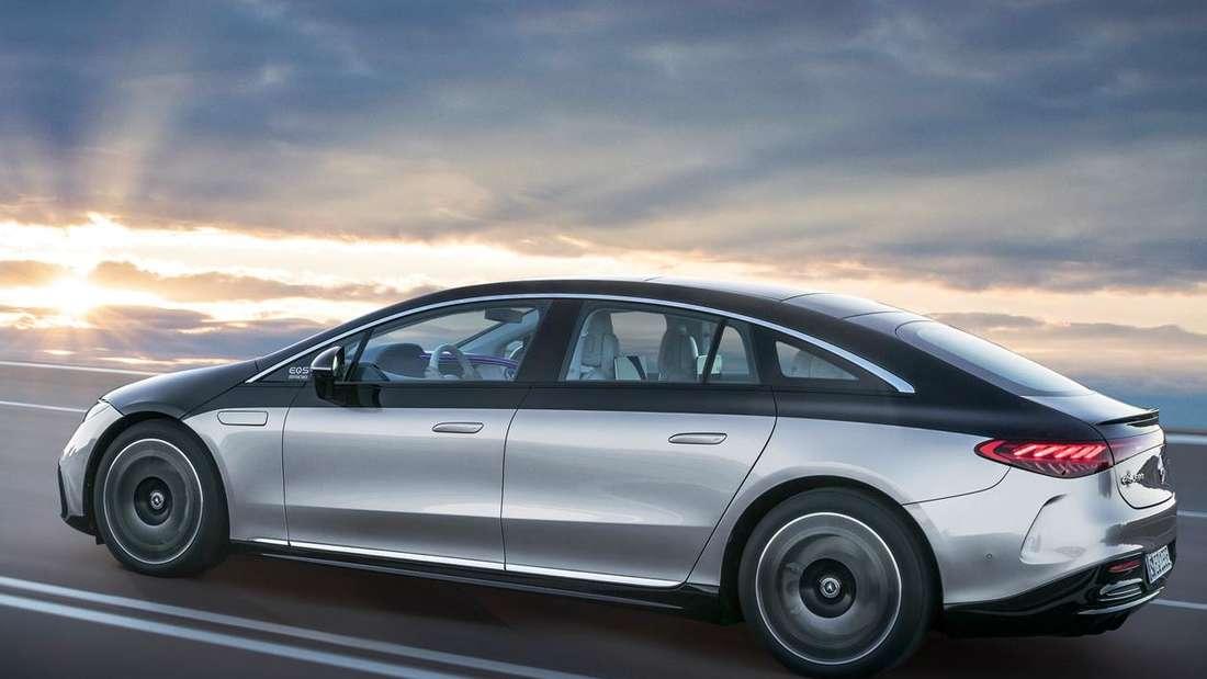 Fahraufnahme eines Mercedes EQS