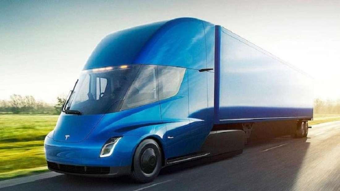 Ein blauer Tesla Semi Truck von schräg vorne