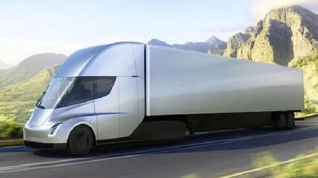 Ein silbergrauer Tesla Semi Truck fährt auf einer Landstraße durchs Gebirge.