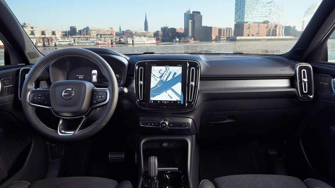 Blick ins Cockpit eines Volvo XC40 Recharge