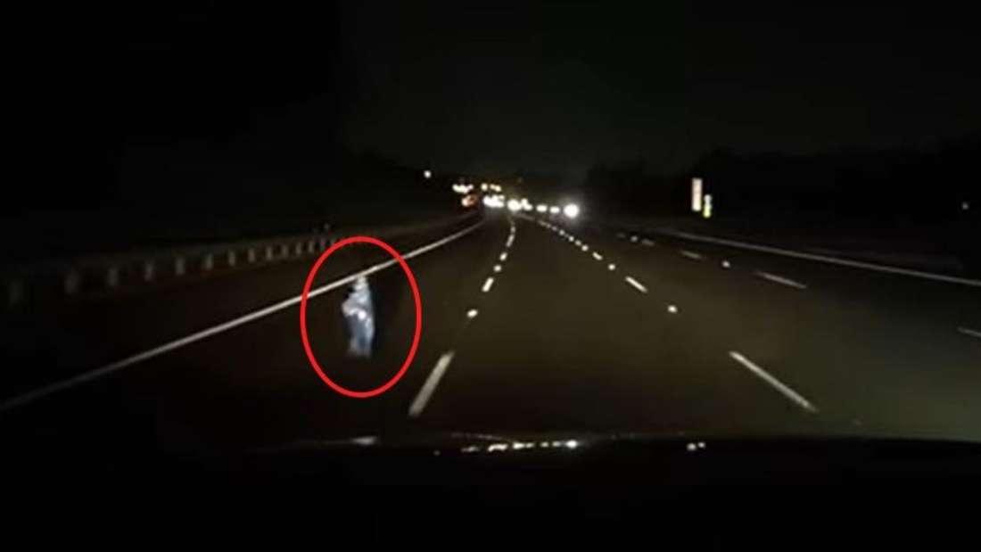 Im Dunkeln zeigt sich auf der Dashcam eine silberne Silhouette im Scheinwerferlicht.