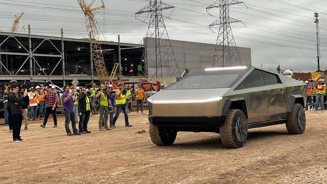 Ein Tesla Cybertruck fährt an der Gigafactory in Austin/Texas vor.