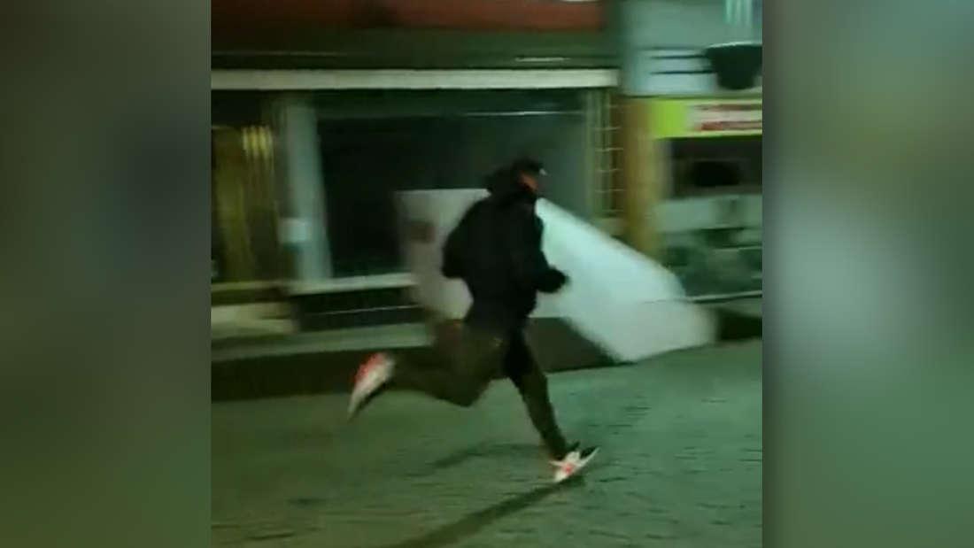 Laufender Fußgänger passiert Radargerät in Fußgängerzone