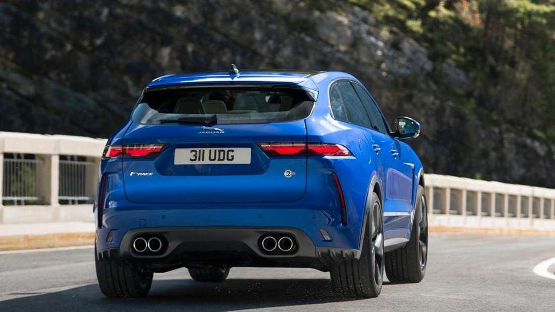 Fahraufnahme eines Jaguar F-Pace