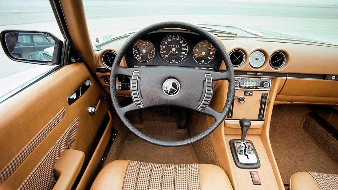 Blick in den Innenraum eines Mercedes SL der Baureihe R 107