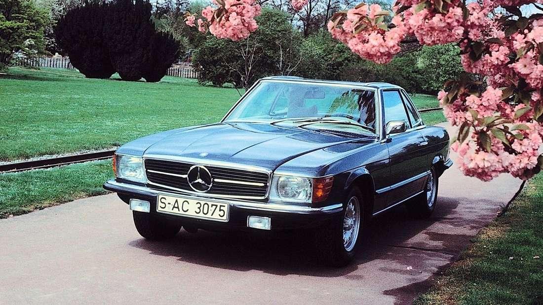 Ein Mercedes SL der Baureihe R 107 mit Hardtop