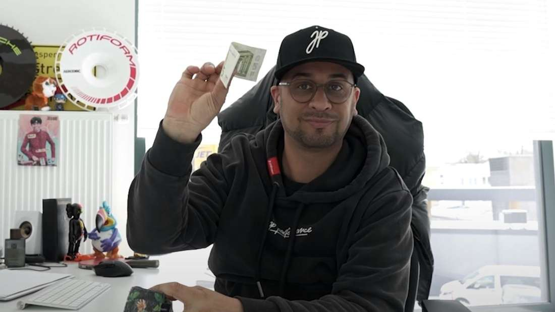 JP Kraemer zeigt einen Fünf-Euro-Schein