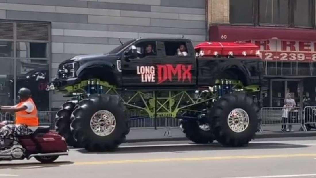 Ein Monster-Truck fährt mit dem Sarg von DMX auf der Ladefläche durch New York