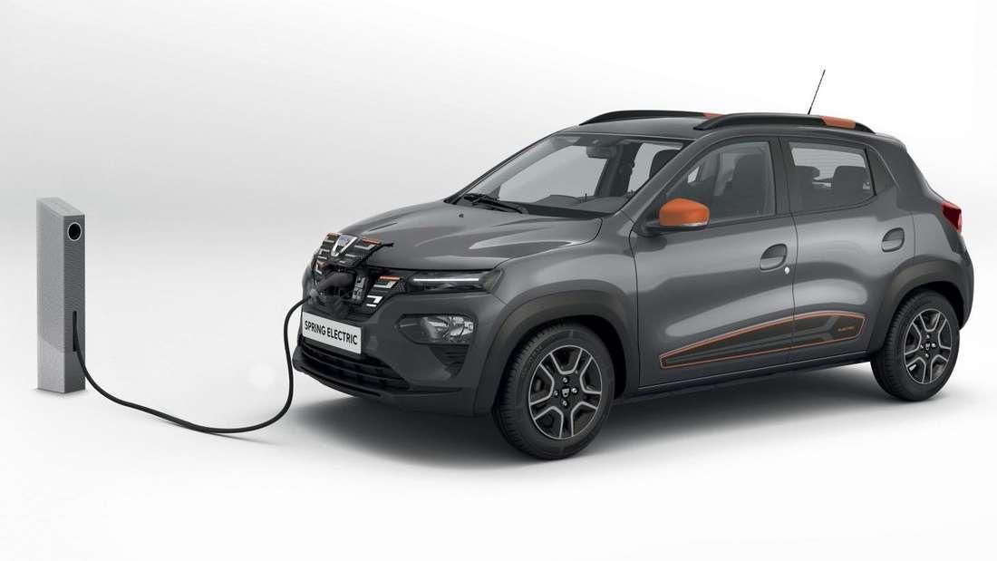 Elektroauto Dacia Spring an der Ladesäule (Studioaufnahme)